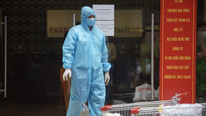 Nhân viên y tế thực hiện công tác phòng, chống dịch COVID-19 (Ảnh - Minh Nhân)