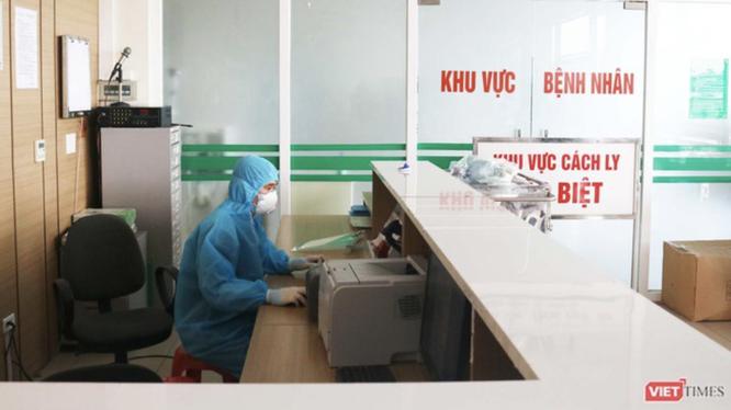 Bác sĩ trực cấp cứu ở Bệnh viện Bệnh Nhiệt đới Trung ương (Ảnh - Minh Thuý)