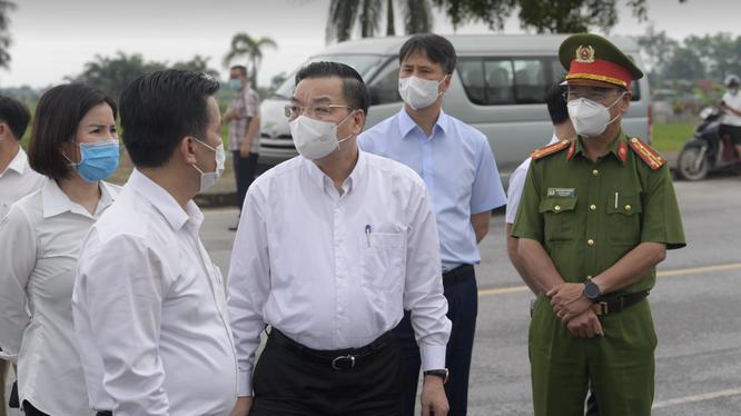 Ông Chu Ngọc Anh - Chủ tịch UBND TP. Hà Nội - kiểm tra công tác chống dịch ở bệnh viện (Ảnh - Hoàng Anh)