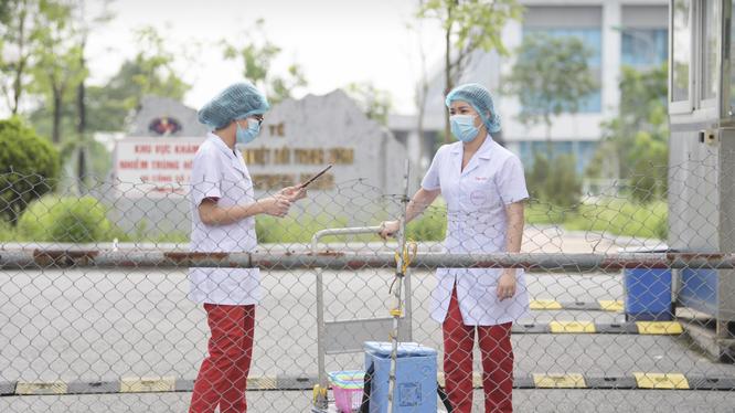 Nhân viên y tế làm việc ở Bệnh viện Bệnh Nhiệt đới Trung ương (Ảnh - Hoàng Anh)