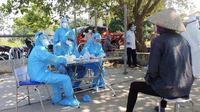 Nhân viên y tế chuẩn bị lấy mẫu xét nghiệm COVID-19 cho người dân (Ảnh - CDC Hà Nội)