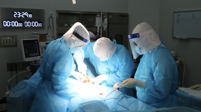 Các bác sĩ ở Khoa Ngoại Sản, Bệnh viện Bệnh Nhiệt đới Trung ương mổ cấp cứu cho sản phụ T. mắc COVID-19 (Ảnh - BVCC)