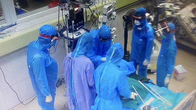 Các bác sĩ can thiệp cho bệnh nhân mắc COVID-19 nặng (Ảnh - Đặng Thanh)