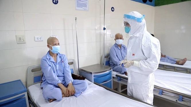 Bác sĩ thăm hỏi tình hình sức khoẻ bệnh nhân ung thư đang điều trị ở Bệnh viện K (Ảnh - BVCC)