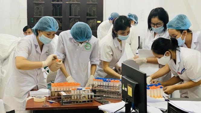 Nhân viên y tế phân loại mẫu xét nghiệm COVID-19 (Ảnh - BYT)