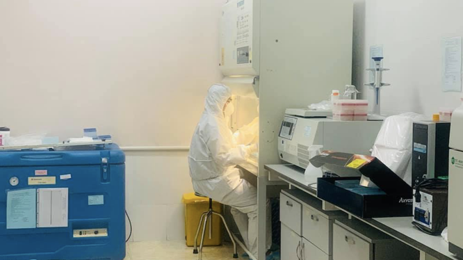Nhân viên y tế làm việc trong phòng xét nghiệm (Ảnh - Xuân Hồng)