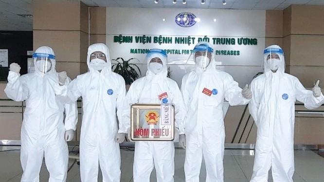 Bác sĩ ở Bệnh viện Bệnh Nhiệt đới Trung ương trong ngày bầu cử (Ảnh - Đặng Thanh)