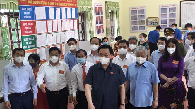 Chủ tịch Quốc hội Vương Đình Huệ cùng lãnh đạo Bộ Y tế trực tiếp kiểm tra công tác bầu cử ở TP. Bắc Giang (Ảnh - BYT)