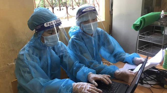 Nhân viên y tế nhập dữ liệu mẫu xét nghiệm (Ảnh - BYT)