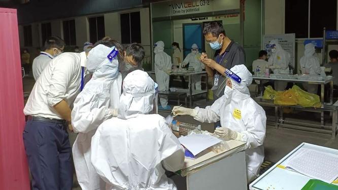 Nhân viên y tế lấy mẫu xét nghiệm COVID-19 cho ngừoi dân (Ảnh - BYT)