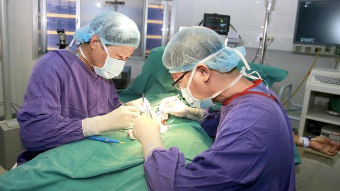 Các bác sĩ phẫu thuật cho thiếu niên 12 tuôie bị hoại tử tinh hoàn trái (Ảnh - BVCC)