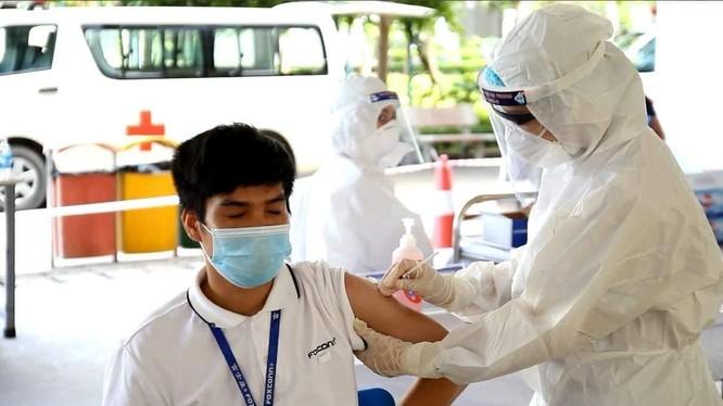 Người dân được tiêm vaccine phòng COVID-19 (Ảnh - BYT)