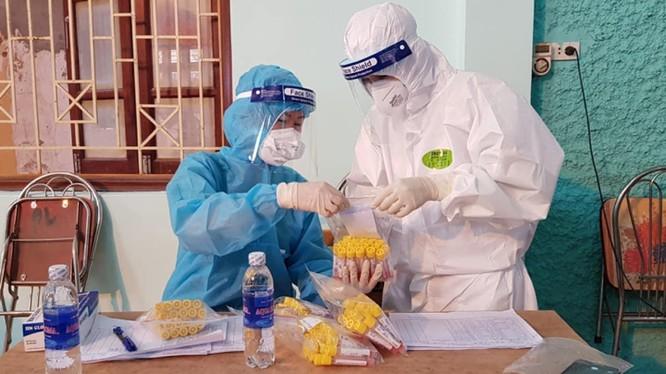 Nhân viên y tế lấy mẫu xét nghiệm COVID-19 (Ảnh - Ngọc Mai)