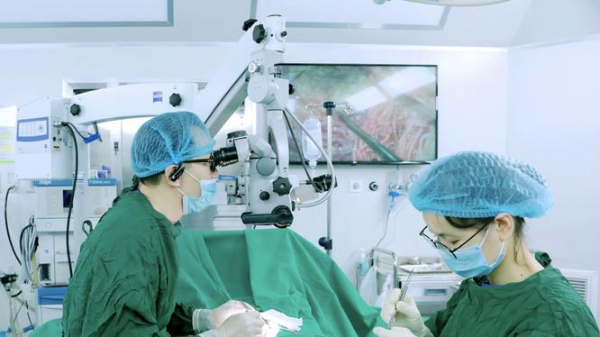 Ths.BS. Đinh Hữu Việt - Trưởng khoa Nam học thực hiện phẫu thuật vi phẫu tìm tinh trùng - Micro TESE cho bệnh nhân (Ảnh - BVCC)