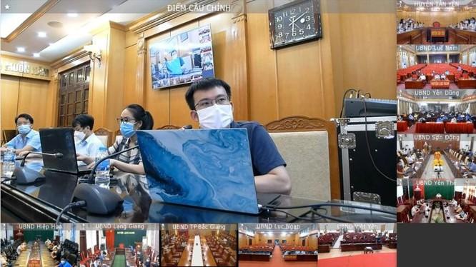 Các chuyên gia của Bộ Y tế tập huấn online về ứng dụng CNTT trong quản lý mẫu xét nghiệm cho các huyện của Bắc Giang (Ảnh - Xuân Thắng)