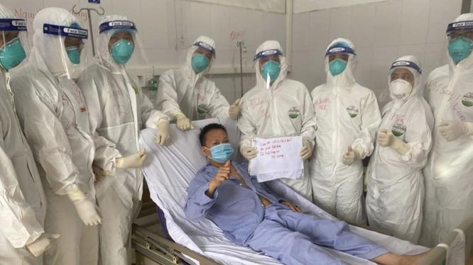 Bệnh nhân G. cảm ơn các bác sĩ sau khi hồi phục (Ảnh - Ngọc Mai)