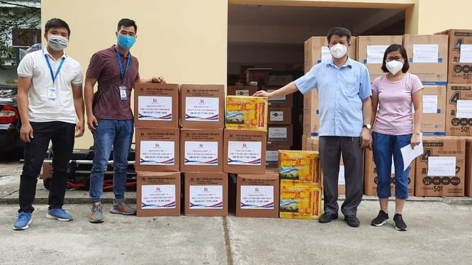 Cán bộ tiếp nhận thuốc và sản phẩm y dược cổ truyền tại Bệnh viện Y học Cổ truyền Bắc Giang (Ảnh - Đức Duy)