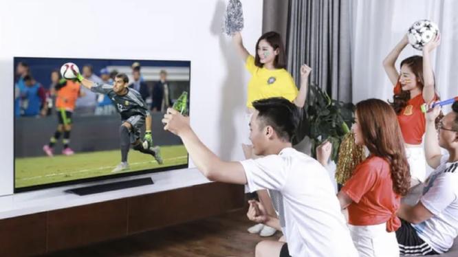Tụ tập đông người xem đá bóng (Ảnh minh hoạ)