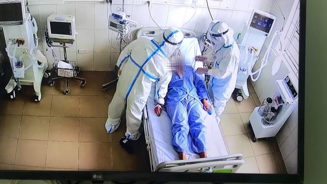 Nhân viên y tế chăm sóc cho bệnh nhân COVID-19 nặng (Ảnh - BYT)