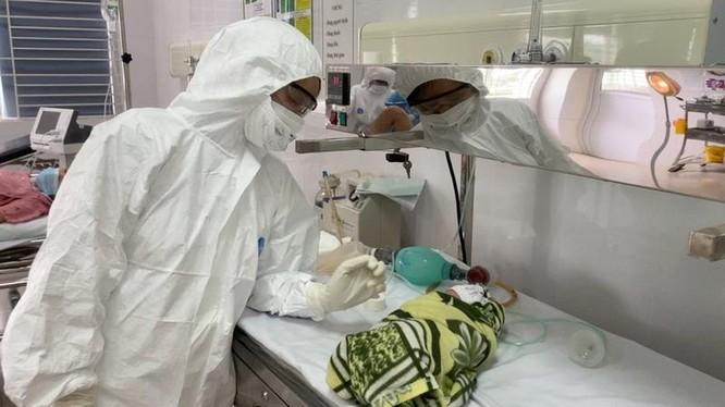Bác sĩ chăm sóc cho bé gái ở Bệnh viện (Ảnh - BVCC)