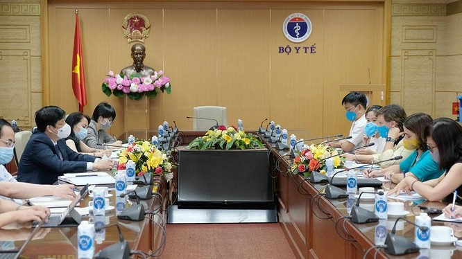 Bộ trưởng Bộ Y tế Nguyễn Thanh Long làm việc với bà Rana Flowers - Trưởng Đại diện UNICEF Việt Nam - về việc cung ứng vaccine phòng COVID-19 (Ảnh - Trần Minh)