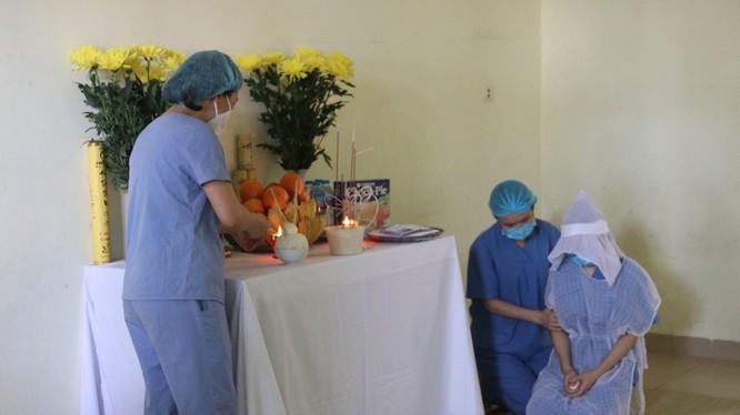 Các bác sĩ động viên nữ điều dưỡng Hà Thị Trinh (Ảnh - Anh Tuấn)