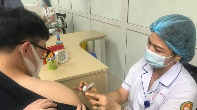 Nhân viên y tế tiêm vaccine phòng COVID-19 cho người dân (Ảnh - BYT)