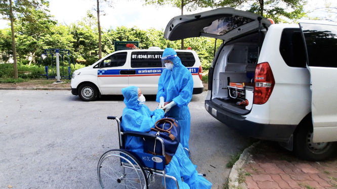 Nhân viên y tế chăm sóc bệnh nhân COVID-19 nặng (Ảnh - Đặng Thanh)