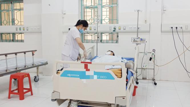 Bác sĩ chăm sóc cho bệnh nhân bị ngộ độc mật cá chép (Ảnh - BVCC)