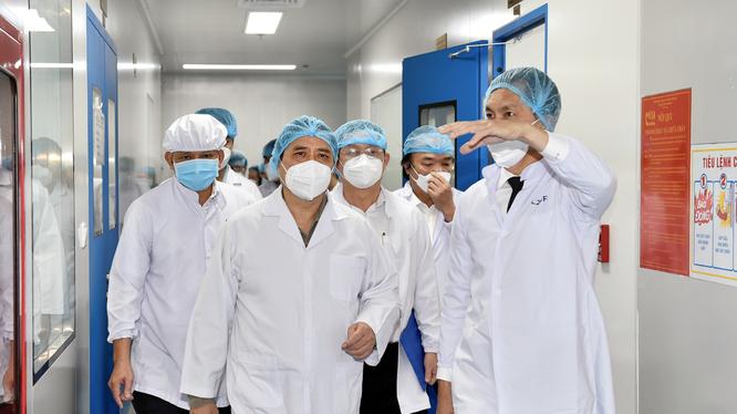 Thủ tướng Phạm Minh Chính thăm Công ty cổ phần công nghệ sinh học dược Nanogen-đơn vị nghiên cứu, sản xuất vaccine phòng COVID-19 Nanocovax tại khu công nghệ cao TP. Hồ Chí Minh (Ảnh: Nhật Bắc)
