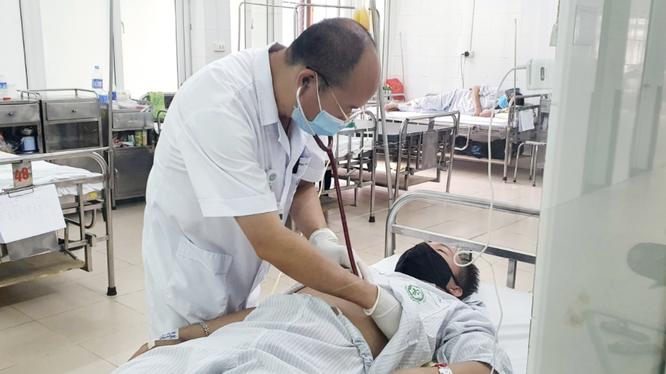 PGS.TS. Đỗ Duy Cường thăm khám cho bệnh nhân tại Trung tâm bệnh nhiệt đới, Bệnh viện Bạch Mai (Ảnh - BVCC)