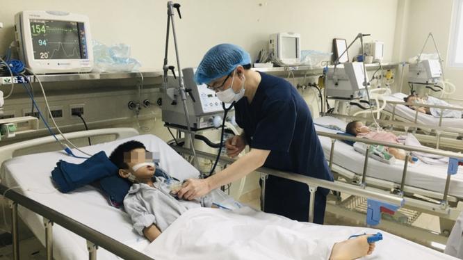 Bệnh nhi viêm não Nhật Bản được chăm sóc tại Khoa Điều trị tích cực, Trung tâm Bệnh Nhiệt đới, Bệnh viện Nhi Trung ương (Ảnh - BVCC)