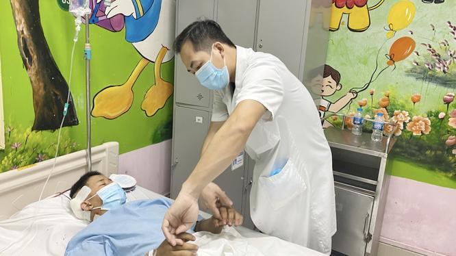 Bác sĩ khám cho bệnh nhân sau phậu thuật (Ảnh- BVCC)