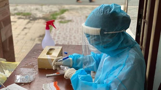 Nhân viên y tế lấy mẫu xét nghiệm COVID-19 (Ảnh - BYT)