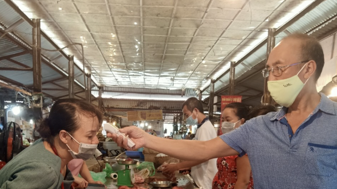 Kiểm tra nhiệt độ của người dân tại chợ Ngọc Hà (Ảnh - UBND Quận Ba Đình)