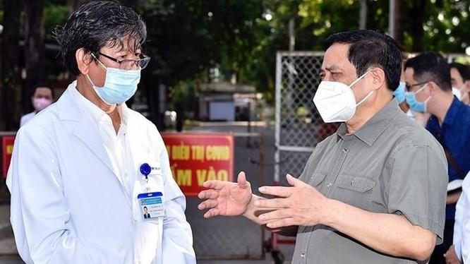 Thủ tướng Chính phủ Phạm Minh Chính động viên, kiểm tra, đôn đốc nhiệm vụ phòng chống dịch COVID-19 tại Bình Dương (Ảnh - VGP)