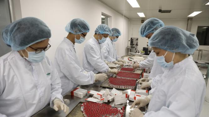Các cán bộ của Vabiotech gia công vaccine phòng COVID-19 Sputnik V (Ảnh - Vabiotech)