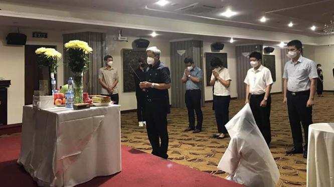 Thứ trưởng Bộ Y tế Nguyễn Trường Sơn động viên, chia sẻ mất mát với sinh viên Dương Thị Anh (Ảnh - BYT)