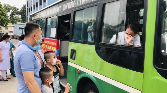 Điều dưỡng Hoàng Thị Diễm xúc động chia tay chồng và hai con trước giờ lên đường (Ảnh - BVCC)