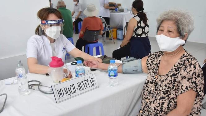 TP. HCM tiêm vaccine phòng COVID-19 cho người cao tuổi tại Trung tâm Y tế Quận 3 (Ảnh - Vũ Mạnh Cường)