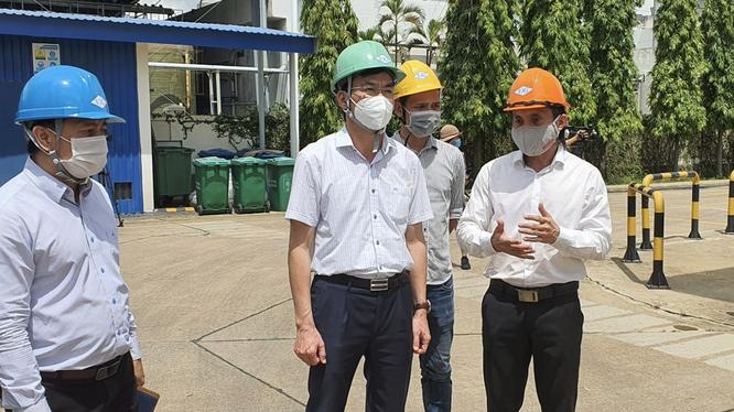 Lãnh đạo Bộ Y tế khảo sát nhà máy sản xuất oxy (Ảnh – Văn Đạo)
