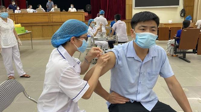 Nhân viên y tế tiêm vaccine phòng COVID-19 cho người dân ở Trường Đại học Bách Khoa (Ảnh - TTYTHBT)