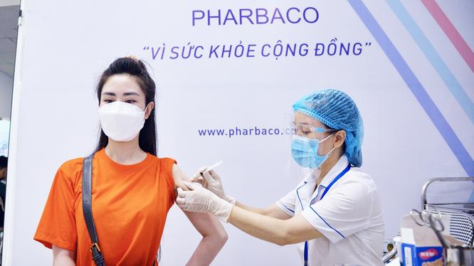 Nhân viên y tế tiêm vaccine phòng COVID-19 cho người dân (Ảnh - Pharbaco)