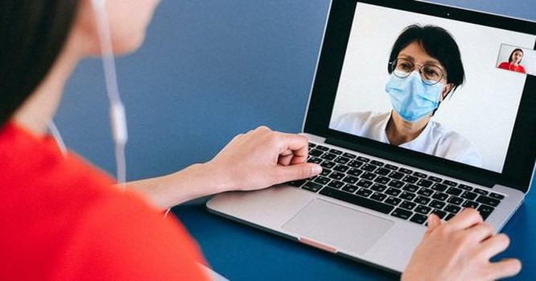 Bác sĩ tư vấn cho người bệnh trực tuyến bằng internet (Ảnh minh hoạ)