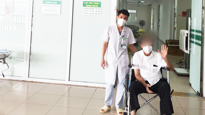 Bệnh nhân 6046 khoẻ mạnh trong ngày ra viện (Ảnh - Đặng Thanh)