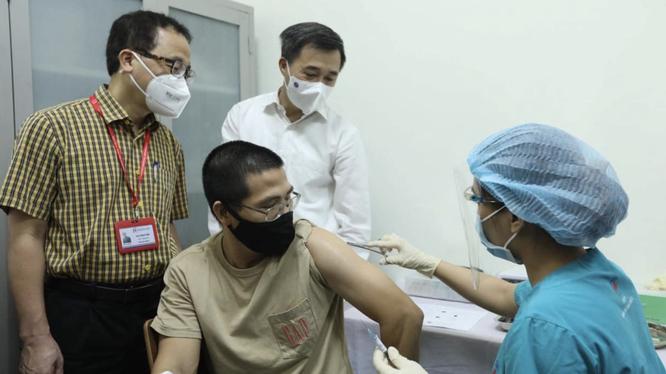 Thứ trưởng Bộ Y tế Trần Văn Thuấn và GS.TS. Tạ Thành Văn - Chủ tịch Hội đồng Trường Đại học Y Hà Nội - theo dõi quá trình tiêm thử nghiệm vaccine ARCT-154 phòng COVID-19 cho tình nguyện viên (Ảnh - Nguyễn Quyết)