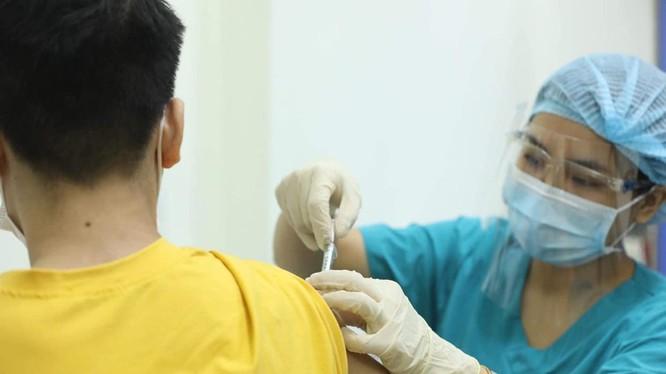 Tình nguyện viên khỏe mạnh được tiêm mũi 1 vaccine ARCT-154 tại Trung tâm thử nghiệm lâm sàng, Trường Đại học Y Hà Nội (Ảnh - Nguyễn Quyết)