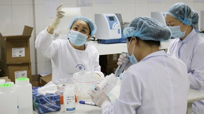 Cán bộ y tế làm việc trong phòng xét nghiệm COVID-19 (Ảnh - Ngọc Nga)