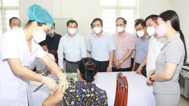 Tiêm thử nghiệm lâm sàng vacicne COVIVAC cho tình nguyện viên tại Trung tâm Y tế huyện Vũ Thư - tỉnh Thái Bình (Ảnh - BYT)