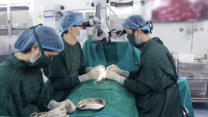 Các bác sĩ của Bệnh viện Nam học và Hiếm muộn Hà Nội phẫu thuật vi phẫu tinh hoàn tìm tinh trùng – Micro TESE (Ảnh - BVCC)
